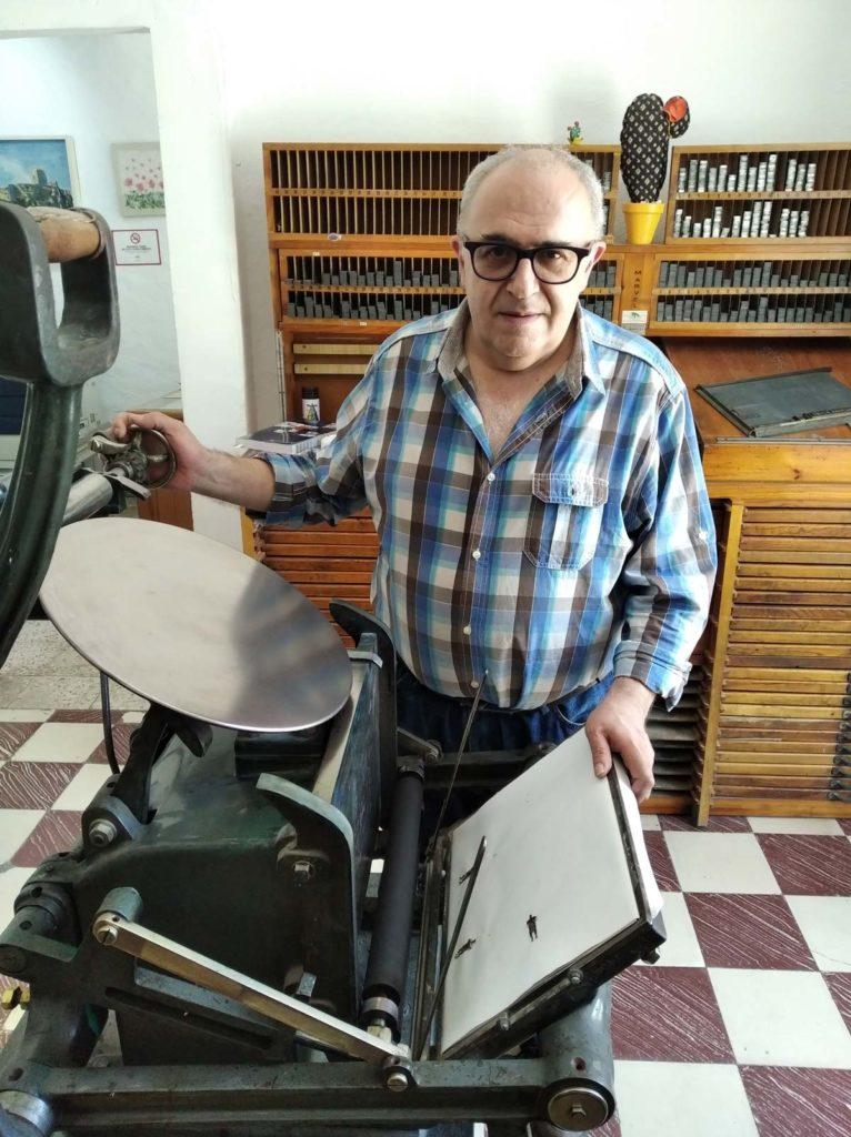Emilio en el taller de imprenta tipográfica